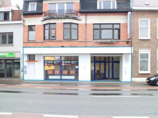 Winkel te koop op invalsweg naar Menen. <br /> <br /> Betreffende een gelijkvloers pand van ca. 300 m² met brede etalage. De voorliggende winkel