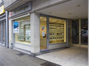 Deze kantoorruimte van ca. 110 m² is gelegen op het gelijkvloers van een appartementsgebouw in het centrum van Kortrijk.<br /> <br /> Indeling:<b