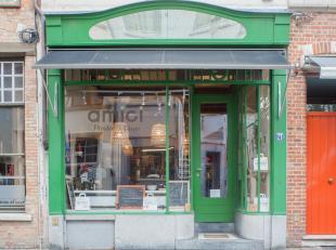 Overname handelsfonds goed gelegen handelspand met gedeeltelijke horecabestemming in het centrum van Brugge.<br /> <br /> Indeling:<br /> > handels
