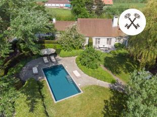 Midden in de Polders van Zuienkerke vinden we dit luxe landhuis gebouwd in 1998 door B+ villa's. Via een private weg komt u op het volledig omheinde d