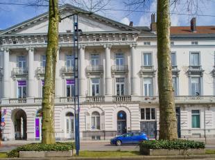 Deze woning met praktijk ligt aan het Zuid vlakbij de op- en afrit E17 'Gent Centrum'. Het pand is dus uitstekend bereikbaar met het openbaar vervoer.