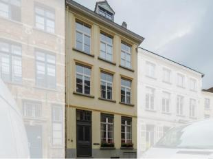 In de Sint-Walburgastraat, binnen de stadsmuren van Brugge, bevindt zich dit huis te koop waar licht en ruimte centraal staan. <br /> <br /> Indeling: