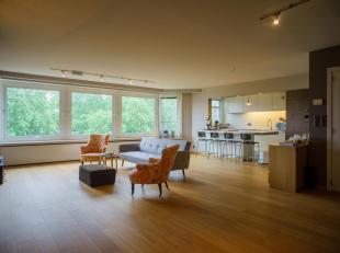 Dit ruime en zeer gezellig appartement op de 6de verdieping met drie slaapkamers en twee badkamers staat te koop in Gent.<br /> Bij het binnenkomen ge
