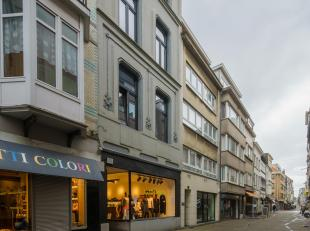 Handelspand met woonst in het centrum van Oostende<br /> <br /> Dit handelspand met woonst is gelegen op een uiterst commerciële ligging te Ooste