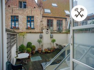 Deze statige herenwoning is gelegen in het centrum van Brugge op een boogscheut van de grote markt, Burg, winkelstraten,... De 4 slaapkamers beschikke