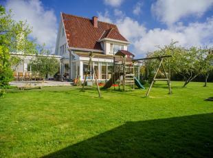 Karaktervolle villa te koop te Blankenberge met garage en ruime zonnige tuin op een mooi perceel van +- 1600m². <br /> Indeling:<br /> <br /> Gel