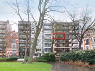 Dit klassevolle appartement is gelegen in een jonge residentie langs het Prinses Stefanieplein in hartje Oostende. Van hieruit bereikt men in enkele w