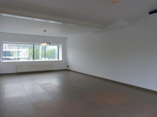 Dit instapklaar appartement situeert zich op een ideale ligging! Enerzijds naar de belangrijke invalswegen zoals N43, E17 en E40 en anderzijds op ampe