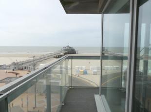 Dit recente hoekappartement met 3 slaapkamers en 2 badkamers is gelegen op de zeedijk met prachtig zicht op de pier en de open zee. Het appartement wo