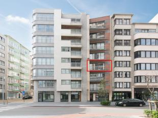 Dit recente appartement is gelegen langs de Van Iseghemlaan op de achterzijde van de Oostendse zeedijk dicht bij de Kapelstraat, openbaar  vervoer en