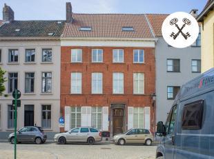 Uniek gerenoveerd herenhuis in rij te koop te centrum Brugge met aangenaam terras, stadstuin en garage. Kenmerkend zijn de ruime, lichtrijke ruimtes e