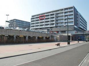 Ruim appartement met 2 slaapkamers, dubbel terras en staanplaats op ideale locatie. Nabij station, invalswegen en winkels. <br /> <br /> Indeling:<br