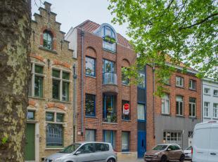 Ruim en lichtrijk appartement (140m²) met 3 slaapkamers en mogelijkheid tot aankoop van een afgesloten garagebox. Dit appartement te koop in het