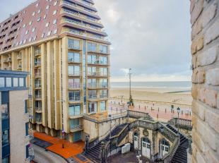 Dit ruime en lichtrijke appartement (152m²) met terras, 3 slaapkamers en lateraal zeezicht is gelegen pal naast de zeedijk van Blankenberge en op