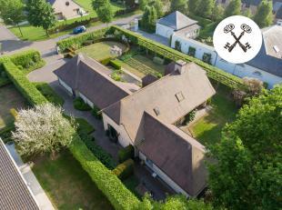 Rustig gelegen in een residentiële wijk kan men deze recente villa vinden (bouwjaar 2000) die beschikt over alle nodige comfort. <br /> <br /> U