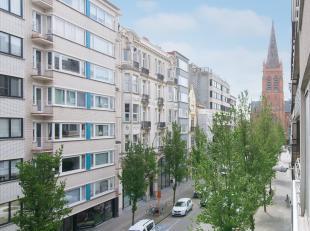 Dit prachtig appartement (95m²) is gelegen op de derde verdieping van Residentie Delvaux langs de Rogierlaan te Oostende. U bevindt zich op enkel