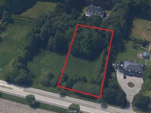 Residentieel gelegen perceel bouwgrond nabij het Waaroostpark te Waardamme (Oostkamp). Deze door groen omgeven bouwgrond te koop geniet en zeer centra