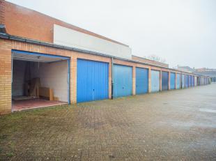 Bovengrondse garage met kantelpoort te Brugge, nabij Sint-Jozef, Christus Koning.<br /> <br /> Mogelijks te gebruiken als:<br /> - extra / bijkomende