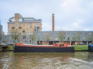 """Deze woonboot """"De Bofkont"""" genaamd is gelegen aan de Kolenkaai te Brugge en werd volledig ingericht en opgefrist. <br /> <br /> Deze woonst op het wat"""