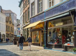 Overname van een zeer goed commercieel gelegen lingeriezaak in centrum Brugge. <br /> <br /> Handelspand bestaande uit:<br /> > winkelruimte met op