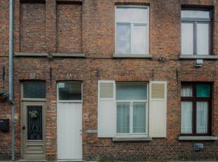Recent gerenoveerd huis in rij in de Brugse binnenstad. De voorgevel ligt in de Poitevinstraat, een rustige straat in het centrum van Brugge, op wande