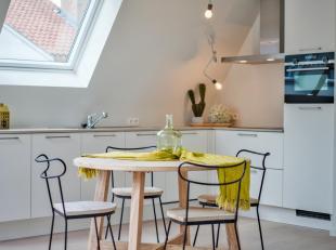 Ruim dakappartement (105,86 m²) met 2 slaapkamers en terras (7,46 m²), gelegen in het nieuwbouwproject Augustijnenhof in Brugge. Ideaal gele