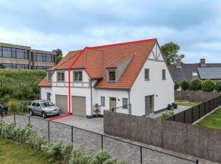 Deze instapklare en energiezuinige (E76!) koppelwoning in de Karel Vanneckestraat te Koksijde dateert van 2013 en beschikt over 3 slaapkamers, 2 badka