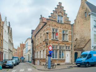 """Het eertijds z.g. trapgevel huis """"De Vossesteert"""" gelegen op de hoek van de Vlamingstraat en de Korte Winkel in hartje Brugge op wandel afstand van de"""