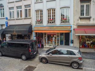 Handelsgelijkvloers op zeer goede commerciële en toeristische toplocatie centrum Brugge.<br /> <br /> - Exploitatie van handel in bier, souvenirs