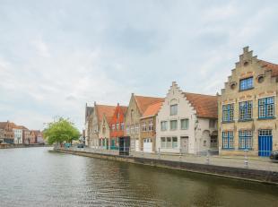 Charmante halfopen bebouwing te koop op een unieke locatie aan de Reien, in het centrum van Brugge. Naast het bijzondere zicht op het water, biedt het