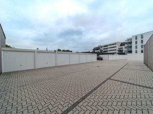 Achteraan de nieuwbouwresidentie Zandbank in de Brugsesteenweg 15-17 te Veurne (naast de Action) bevinden zich deze gesloten garages en staanplaatsen.