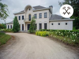 In de residentiële buurt van Loppem nl. Costersveld zoeken we een nieuwe eigenaar voor deze riante villa, gelegen in een doodlopende straat.<br /