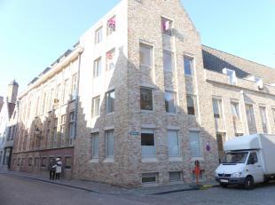 Appartement met 2 slaapkamers en staanplaats in centrum Brugge.<br /> <br /> Indeling: <br /> 2°V.: inkom met afzonderlijk toilet - lichtrijke woo