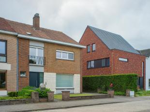 Deze halfopen bebouwing te Sint-Andries op 440m² is gelegen nabij het centrum van Brugge, het station en verbindingswegen. Er is maar liefst 180m