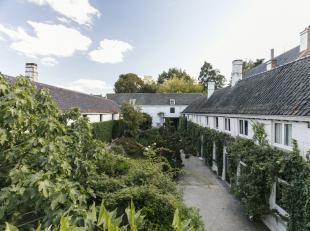 In het centrum van Ronse vindt u deze exclusieve eigendom op 5.739 m² omgeven door groen. Het huis is voorzien van authentieke materialen en kan