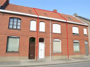 Leuke stadswoning met twee slaapkamers en tuin gelegen in het centrum van Poperinge. Gunstig in verbruik! Deze woning bestaat uit:<br /> <br /> Gelijk