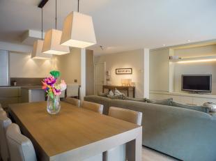 Dit ruime en zonnige appartement van 90 m2 met 2 slaapkamers, badkamers en zonne-terrassen is de ideale plek voor een permanent vakantiegevoel. Gelege