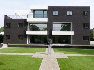 Dit gelijkvloers appartement (112 m²) is gelegen langs de Kortrijksesteenweg te Sint-Denijs-Westrem. Alle appartementen bevinden zich aan de acht