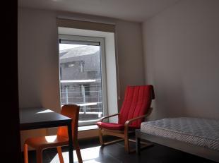 Mooie studentenkamer met privébadkamer en gemeenschappelijke keuken vlakbij de hogescholen, het station en het centrum van Brugge.<br /> <br />