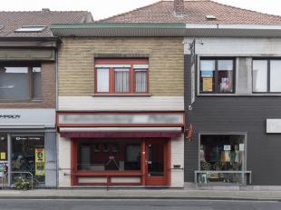 In het centrum van Marke vinden we deze voormalige slagerij met woonst op een grondoppervlakte van ca. 324 m².<br /> <br /> Indeling:<br />  <br
