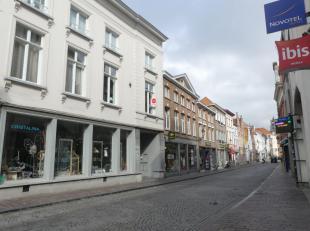 Appartement  met 2 slaapkamers in centrum Brugge.<br /> <br /> INDELING:<br /> 1°V.: Inkom - living (30m²) met open geïnstalleerde keuke