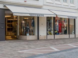 Zeer ruim handelspand te huur op een goede commerciële ligging in centrum Brugge. <br /> <br /> - Totale winkeloppervlakte ca. 925 m² in twe