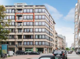 Dit appartement is gelegen aan het Leopoldpark in de Leon Spilliaertstraat te Oostende. In een rustige omgeving op enkele wandelpassen van het centrum