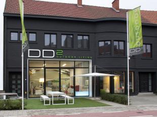 Polyvalent bedrijfspand, toonzaal met 2 appartementen gelegen op een toplocatie in Kortrijk. 1.000m² op invalsweg naar K-winkelcentrum te Kortrij