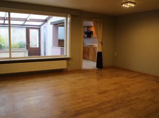 Ruim gelijksvloerse studio in Oostende met een super achtertuintje die gelegen is aan de zonnezijde. De studio beschikt over een nieuwe badkamer met d