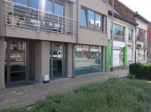 Handelspand te huur in het centrum van Waarschoot. Het handelspand is eenvoudig te bereiken via de N9 vanuit Gent. In de directe omgeving bevinden zic