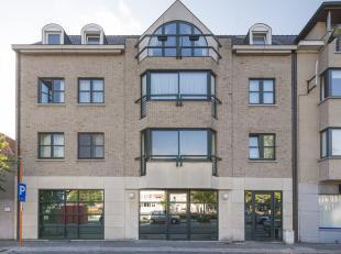 Opbrengsteigendom met 1 handelspand en 3 verhuurde appartementen te koop in het centrum van Kortrijk. <br /> <br /> Betreft:<br /> -handelsgelijkvloer