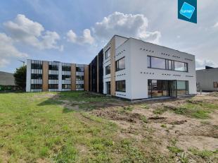 Gerenoveerd kantoor (ca. 2.200m²) op een top ligging nabij de Expresweg en Blankenbergse Steenweg op het industrieterrein de Blauwe Toren te Brug
