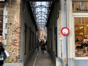 Volledig vernieuwd handelspand te huur in het centrum van Brugge gelegen in de Zilversteeg die de verbinding maakt tussen de Zuidzandstraat en Zilverp