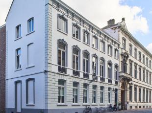 Volledig gerenoveerd handelspand met bovenliggend ruim appartement te koop op zeer centrale ligging naast het theater in centrum Brugge. <br /> <br />